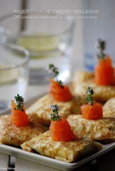 Paquetitos de crépes rellenos de crema de quesos, salmón ahumado y huev