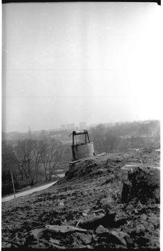 Teren przyszłych Czubów, około 1980 roku. Zdjęcie robione jest z okolic ul. Uśmiechu(JPII/Nadbystrzycka), widoczna ulica to Krochmalna między rondami NSZ i Żołnierzy Górników, a w tle za mostem kolejowym widać bloki os. Nałkowskich. I Bystrzyca prawidłowo płynie , a ta uliczka w tle to dojazd do LKJ.