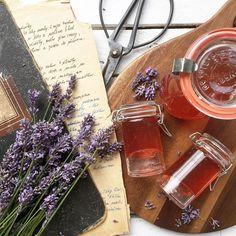 Udělejte si levandulový sirup, který zvládne každý a výborně chutná. Můžete si z něj udělat levandulovou limonádu nebo třeba čaj. Tea Time, Alcoholic Drinks, Wine, Glass, Instagram, Food, Syrup, Drinkware, Corning Glass