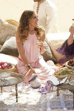 Carrie Bradshaw (Sarah Jessica Parker) Abu Dhabi dessert style / Sex And The City 2 Sarah Jessica Parker, Lady Like, Carrie Bradshaw Estilo, Carrie Bradshaw Outfits, Mode Glamour, Estilo Fashion, Mode Outfits, Pink Outfits, City Style