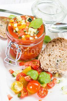 Gazpacho im Glas mit Tomatensalat und Brot