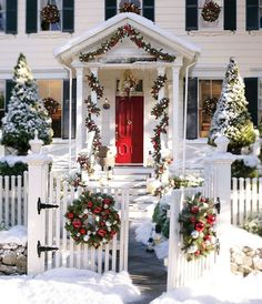 Ahhhhh, beautiful white Christmas!! Love the Christmas decorations in this house!