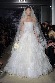 Extravagantes Brautkleid im Empire Stil mit Schleier, Cameron von Carolina Herrera 2015 | Foto: Carolina Herrera