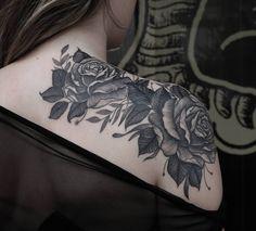 Foto: Reprodução / Tattoo2me Shoulder Cover Up Tattoos, Cover Up Tattoos For Women, Shoulder Tattoo, Rare Tattoos, Body Art Tattoos, Small Tattoos, Sleeve Tattoos, Tatoos, Delicate Tattoo