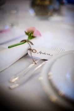Silvrigt blåbärsris, ståltråd med glasstenar. Adresslapp i silver