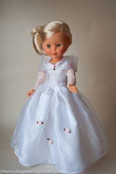 Nancy traje de noche, esperando al príncipe