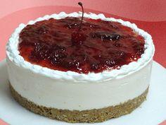 Cheesecake de Fresa  Suave mousse a base de queso philadelphia, sobre una base de galleta crocante, decorado con glaceado de fresas y cereza.