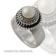 Unser Allrounder - diesen #Ring kannst du zu jedem Anlass tragen. Tagsüber im Büro, abends - zusammen mit Perlenohrringen zu einem #Dinner oder am Wochenende bei einem Shopping-Ausflug mit deinen #Freundinnen. https://www.silberwerk.de/ringding/4361020-ring-combi