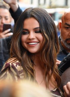 Selena Gomez just tripped over on camera but she handled it like a total pro- Co. - Selena Gomez just tripped over on camera but she handled it like a total pro- CosmopolitanUK - Selena Selena, Bieber Selena, Justin Bieber, 90s Hairstyles, Celebrity Hairstyles, Black Hairstyles, Celebrity Bikini, Celebrity Photos, Celebrity Moms