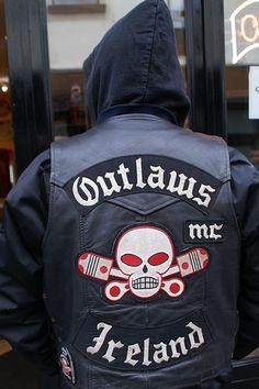 Stumbled upon an Irish biker bar where we saw an Irish Outlaw. Una rebelde y guerrera. Biker Clubs, Motorcycle Clubs, Motorcycle Outfit, Motorcycle Jacket, Biker Bar, Biker Vest, Harley France, Outlaws Motorcycle Club, Bike Gang