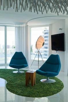 Coin petit salon inspiré par les années 60 de cet appartement de ville