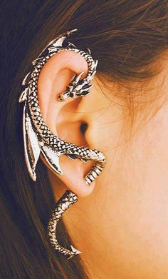 This is freakin' cool! Piercing Types and 80 Ideas On How to Wear Ear Piercings Awesome, but what about the piercings I already have? I graduated in have 6 piercings in my r.ear & 9 piercings in my l. Innenohr Piercing, Tongue Piercings, New Fashion Earrings, Fashion Jewelry, Women's Fashion, Fashion Vintage, Cheap Fashion, Fashion Trends, Dragon Ear Cuffs