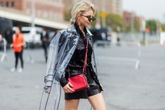 The Absolute Chicest Street Style from New York Fashion Week - TRANSLUCENT TRENCH from InStyle.com New York Fashion, Fashion Week, Runway Fashion, Fashion Trends, New Yorker Mode, Spring Jackets, Basic Outfits, Rain Wear, Street Style Looks