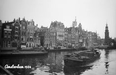 1934. A view of the river Amstel in Amsterdam. In the background the Munttoren at Muntplein. The river Amstel begins where the river Drecht and the Aarkanaal merge near the town of Nieuwveen and then runs through Amsterdam. The Amstel ends at Muntplein where it flows into Spui and Rokin. Photo Stadsarchief Amsterdam / Nico Swaager. #amsterdam #1934 #Amstel