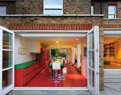 C'est à l'ouest de Londres, dans un quartier en pleine évolution, que la Chevron House a connu une belle rénovation, passant d'une maison de style édouardien à une habitation de 5 chambres contemporaine et colorée. Sur trois niveaux, le rez-de-chaussée contient les espaces publics avec cuisine, salon, salle à manger, jardin et les deux étages, abritent les pièces privées, chambres, dressing et salles de bain.