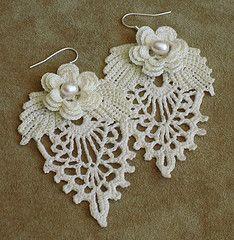 Elegantes aretes con perlas y crochet