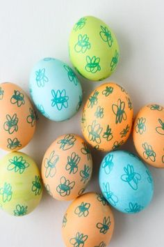 Oodles of Doodles // Last Minute Easter Egg DIY.  Easy for kids!  #diy #easter #eastereggs #spring #crafty