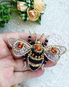 Прелестная пчелка для вас мои драгоценные чудесное дополнение к вашему образу ❌продана❌ #брошьручнойработы #авторскаяброшь #брошьказань #брошьизбисера #подарок #модно #тренд2018 #брошьпчела #пчелаброшь #пчела #пчелка#handmade #handworks #brooches #assecories