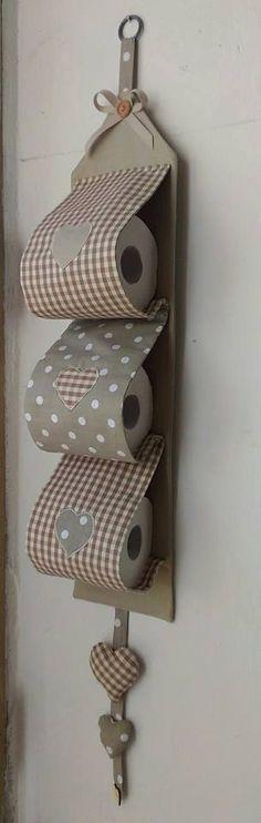 Portarrollos (a mano). Tela de algodón puro. Aplicaciones de corazones de tela en la parte delantera del soporte de papel higiénico y corazones llenan de algodón. Algodón arco madera pequeño parado por un botón.  El Portarrollos se pueden también hacer en otros colores.