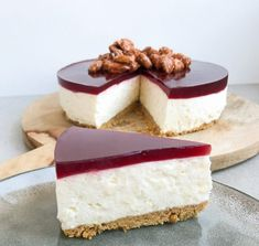 Risalamande cheesecake – Opskrift på julecheesecake Easy and delicious recipe for rice almond cheesecake with cherry jelly. A real Christmas cake, which will no doubt be a big hit for the Christmas lunch. Cheesecake Recipes, Dessert Recipes, Cheesecake Cake, Christmas Cheesecake, Salty Cake, Almond Cakes, Savoury Cake, Clean Eating Snacks, Tortilla Chips
