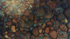 Revestimento de seixos de rio. Piso, parede, interno ou externo. Placas de até 2m x 2m. Juntas de cobre ou latão . Seixos irregulares, nivelados manualmente. Terrazzo, Painting, River Pebbles, Tiling, Copper, Wall, Tin Cans, Crafts, Painting Art