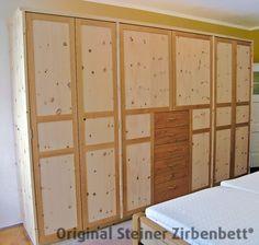 Zirbenholzschrank mit Füllungen in den Türen, kombiniert mit Kirsche in Rahmen und Schubladen
