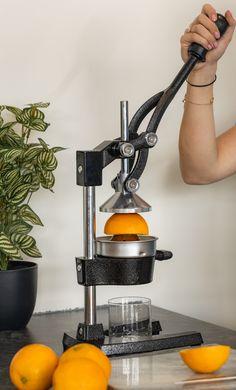 Hou jij ook zo van versgeperste sinaasappelsap? Met de Sareva Citruspers RVS heb je in een handomdraai verse jus 'd orange in een glas! De citruspers is geschikt voor elke citrus en is gemaakt van gietijzer en RVS. Daarnaast zijn de onderdelen van de citruspers vaatwasserbestendig. Rvs, Espresso Machine, Coffee Maker, Kitchen Appliances, Espresso Coffee Machine, Coffee Maker Machine, Diy Kitchen Appliances, Coffee Percolator, Home Appliances