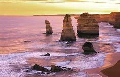 LOS 12 APÓSTOLES:  Se trata de una agrupación de piedra caliza que se ubica en la costa del Parque Nacional Port Campbell a lo largo de la ruta Great Ocean Road en Victoria Australia. Como agujas o espadas provenientes del fondo marino este paisaje difícilmente olvidable es uno de los mayores atractivos australianos tanto turísticos como deportivos por la práctica de surf entre estos colosos. Foto: @mcifman #12apostles #Australia @australia @naturewhisperers #naturelovers #nature_perfection…
