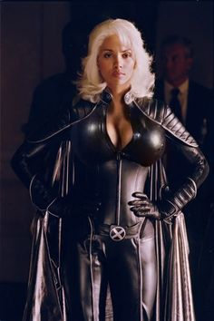 Halle Berry as Storm in the X-Men Movies Series Estilo Halle Berry, Halle Berry Storm, Storm Comic, Storm Xmen, Storm Marvel, Riders On The Storm, Heroes Of The Storm, Storm Costume, Costumes