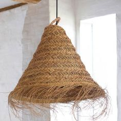 Shopping déco inspiration riad à Marrakech : suspension bohème en feuille de palmier tressées - Get the look : boho Moroccan home decor ideas : woven ceiling lighting // Hellø Blogzine blog deco & lifestyle www.hello-hello.fr #lighting #boho