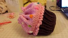 From Designer Jen lester Happy heart Fiber Art: cupcake crazy! free cupcake patterns for this week's free pattern Friday! Crochet Patterns For Beginners, Easy Crochet Patterns, Crochet Designs, Happy Heart, Crochet Videos, Pattern Making, Fiber Art, Fun Crafts, Free Pattern