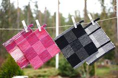 Kierrätä pienet määrät poppanakuteita ja lankoja patalappuihin. Poppana on käytetty kaksinkertaisena ja puuvillalanka kolminkertaisena. Kokin parhaat (3474) Mallikerta-lehti nro 2/2014. Picnic Blanket, Outdoor Blanket, Pot Holders, Hand Weaving, Pop, Pillows, Fabric, Inspiration, Ideas