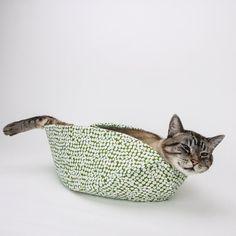 餃子の形の猫ベッド、包まれ猫は惚けた顔に – 猫ジャーナル