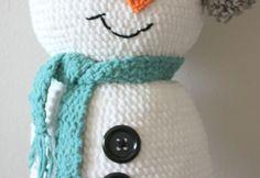 Bernat Giant Crochet Snowman (Repeat Crafter Me) Crochet Gloves Pattern, Crochet Hooks, Crochet Patterns, Newborn Crochet, Crochet Baby Booties, Crochet Crowd, Free Crochet, Repeat Crafter Me, Crochet Snowman