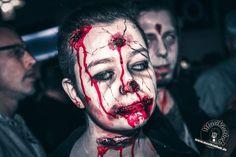 Zombie Alarm mit Schusswunden. Ein paar Kostüm und Makeup Ideen für Halloween oder Karneval gefällig? Willkommen in der Grusel Abteilung. Einige der besten Horror Kostüme und Makeups findet ihr auf der Website :)