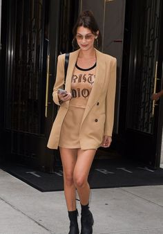 Bella Hadid Style and Fashion - Arrives at an Office in NY Bella Gigi Hadid, Bella Hadid Outfits, Bella Hadid Style, Looks Street Style, Model Street Style, Celebrity Outfits, Celebrity Style, Mode Outfits, Fashion Outfits