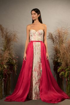 See every dress from Hermione de Paula's Fall 2019 Bridal Fashion Week wedding dress collection. Western Wedding Dresses, Wedding Dress Trends, Colored Wedding Dresses, Bridal Dresses, Wedding Gowns, Bridal Collection, Dress Collection, Hermione, Floral Gown