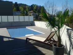 Poolterrasse mit Eco Deck Classic WPC Terrassendiele in der Farbe Steingrau Outdoor Furniture, Outdoor Decor, Sun Lounger, Home Decor, Floor Design, Beautiful Homes, Color, Chaise Longue, Decoration Home