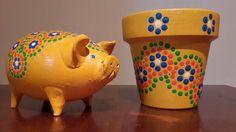 Yellow pig. Hand painted. A'cha Pots. Macetas pintadas a mano... y algo mas... Facebook: A'cha Pots - achapots@hotmail.com