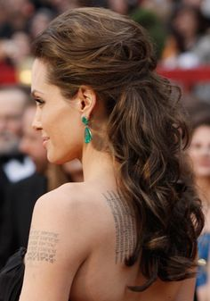 Peinado semirecogido para cabello largo de Angelina Jolie.