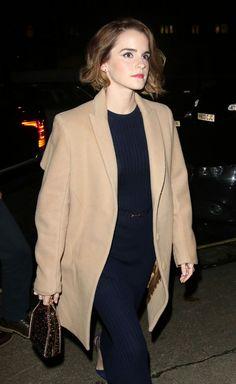 Mais uma combinação de casaco pastel e vestido escuro!✨ Não da pra ver direito, mas, diferente da Cara; a Emma Watson veste um longo vestido azul marinho, que também combina com este tom do casaco. #creative #style #beige #bluemarine #emmawatson