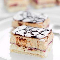 vanilla cream pudding with peanut butter cream and blackcurrant jam Sweet Recipes, Cake Recipes, Custard Slice, Vanilla Cream, Food Cakes, No Bake Cake, Matcha, Tiramisu, Nom Nom