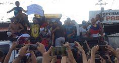 """Los jóvenes que caminaban desde la ciudad de San cristóbal, estado Táchira hacia Caracas fueron robados y golpeados este martes por grupos paramilitares (colectivos de paz armados) mientras se encontraban en Capitanejo, Barinas.  LaPatilla.com  Se conoció que los jóvenes fueron despojados de sus pertenencias, entre ellas, celulares y alimentos por el grupo que se hace llamar """"Los Boliches"""".  El grupo de aproximadamente 25 jóvenes, en su mayoría pertenecientes al Mo"""