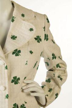 Casaco em algodão branco com trevos de quatro folhas bordados, da coleção Miss Dior primavera/verão 1973