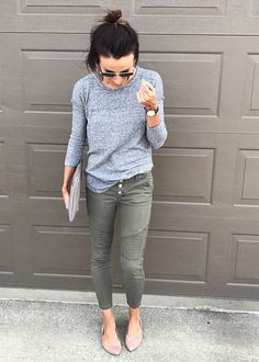 Early spring outfits for the effortless casual look. Mom Outfits, Casual Outfits, Cute Outfits, Mode Style, Style Me, Style Blog, Early Spring Outfits, Spring Clothes, Spring Shoes