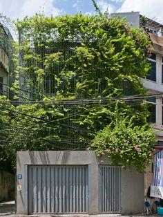 Construído pelo Vo Trong Nghia Architects na Hanoi,  na data 2013. Imagens do Hiroyuki Oki. O rápido desenvolvimento do Vietnã levanta muitos problemas urbanos; menos espaços verdes, a escassez de eletricidade...