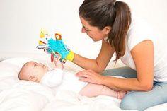 Guante de juegos para bebé con mordedor Kids And Parenting, Children, Carpet, Home, Baby Sensory, Sensory Play, Alcohol Games, Sensory Activities, Young Children