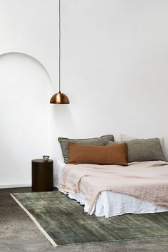 Home Interior Blue Decor ideas for a warm and cozy bedroom design that feels like a sanctuary during this time of confinement. Interior Blue Decor ideas for a warm and cozy bedroom design that feels like a sanctuary during this time of confinement. Luxury Homes Interior, Home Interior Design, Interior Decorating, Interior Modern, Interior Livingroom, Natural Interior, Decorating Bedrooms, Interior Paint, Home Bedroom