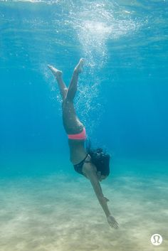 Searching for silence. beach uniform underwater pictures, un Beach Photography Poses, Underwater Photography, Beneath The Sea, Under The Sea, Underwater Painting, Underwater Pictures, Summer Vacation Outfits, Beach Friends, Adventure Style