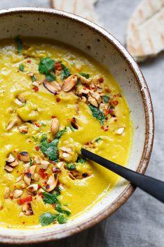 Goldene Kokos-Linsensuppe. Dieses einfache 30-Minuten Rezept ist gesund und SO lecker - Kochkarussell.com